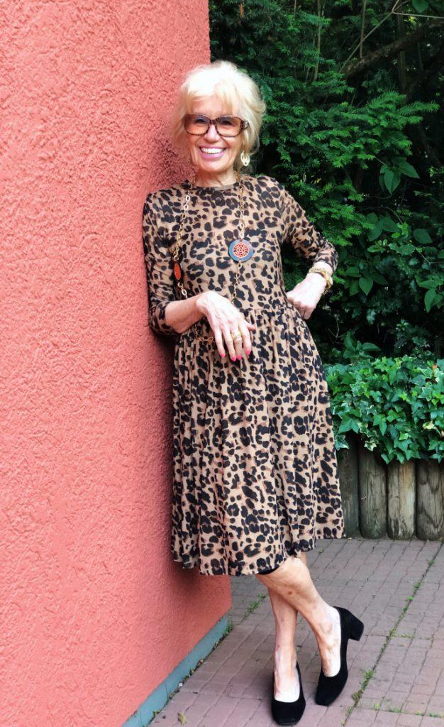 mode für frauen über 70 kleider mit leoprint